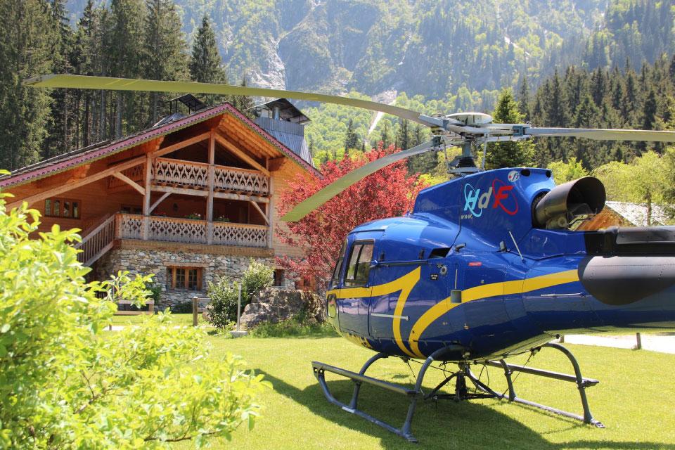 Venez atterrir à l'Auberge en hélicoptère pour survoler la Chaîne de BELLEDONNE et les 7 LAUX .